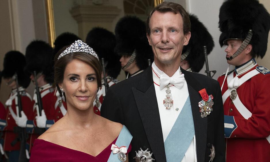 - IKKE PENT NOK: Flere reagerer på prins Joachims antrekk under den store gallaen til ære for det franske presidentparet denne uka. Det er ingen tvil om at det er formelt, men er det formelt nok? Enkelte eksperter kaller valget av antrekk for usedvanlig. Foto: NTB Scanpix