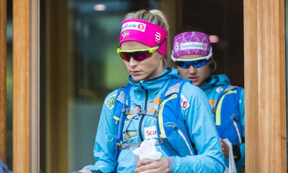 PREGET: Therese Johaug (t.v.) og Ingvild Flugstad Østberg på vei ut på treningstur i Livigno mandag. Foto: Heiko Junge / NTB scanpix