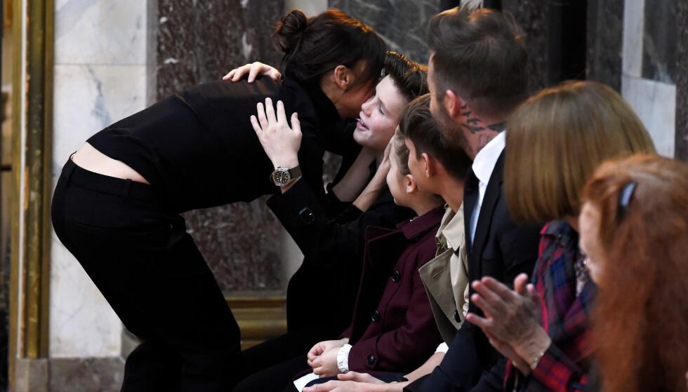 NÆRT FAMILIEBÅND: Victoria Beckham klemmer til sønnen Cruz etter en motevisning på New York Fashion Week tidligere i år. Hele familien var til stede for å støtte mamma. Foto: NTB Scanpix