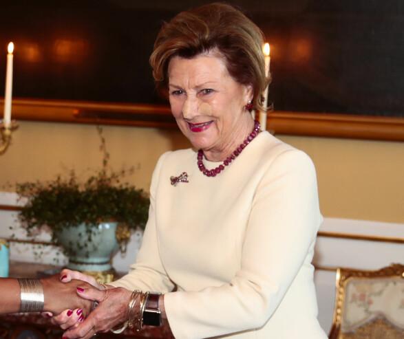 INGEN HINDRING: Dronning Sonja holdt også te-selskap mandag. Plasteret på nesen var ingen hindring for den spreke dronningen. Foto: Lise Åserud, NTB Scanpix