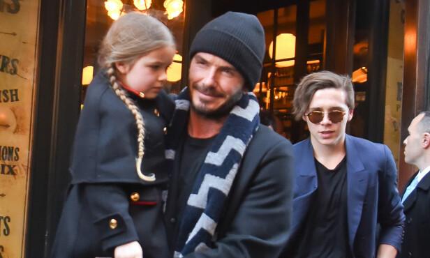 ENDELIG EN DATTER: I 2011 jublet David og Victoria Beckham, da datteren Harper ble født. Her er David med datteren på armen og sønnen Brooklyn i bakgrunnen i 2016. Foto: Splash News