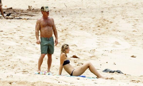 HETE DAGER:Sean Penn og Leila George koste seg på den nydelige stranden på Hawaii. Foto: NTB Scanpix