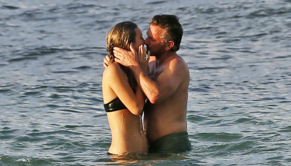 KLINTE TIL: Sean og kjæresten delte et hett kyss i vannet. Foto: Splash News/ NTB scanpix