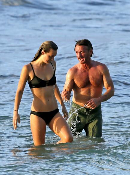 HET BADEFERIE: Sean Penn og Leila gjorde ingenting for å skjule sine varme følelser for hverandre under ferien på Hawaii i 2016. Foto: Splash News/ NTB scanpix