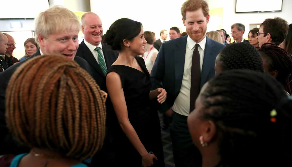 <strong>MED HARRY OG MEGHAN:</strong> Boris Johnson (t.v.) avbildet på en mottakelse sammen med det nåværende hertugparet av Sussex i april 2018. Foto: NTB scanpix