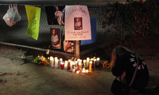 MINNES: Fans har tent lys, hengt opp plakater og lagt igjen blomster ved området der artisten gikk bort. Flere gråt ved gatealteret. Foto: NTB scanpix