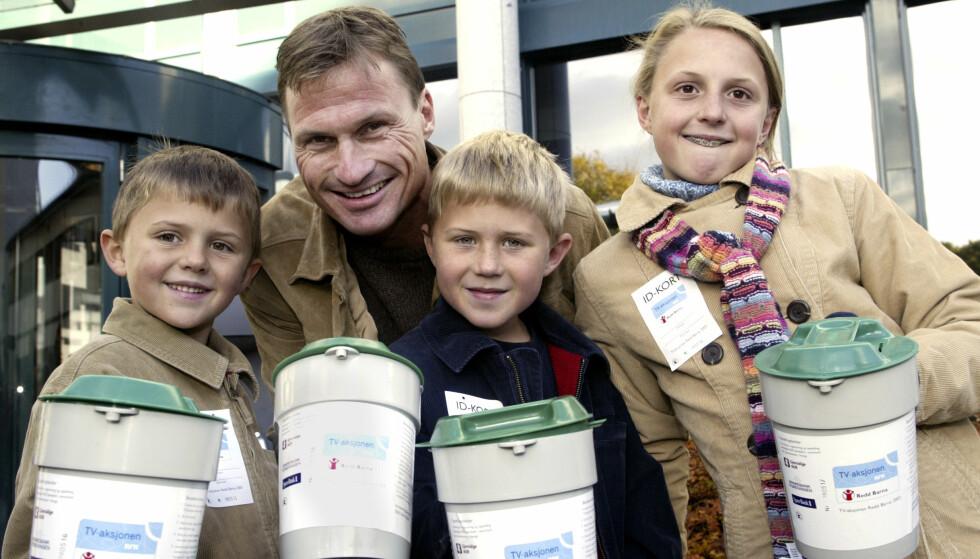 MED PAPPA: Stordalen-barna, her fotografert i 2003 i forbindelse med Tv-aksjonen, arver nå farens selskap. Fra venstre ser vi Jakob, Henrik og Emilie Stordalen. Foto: NTB scanpix