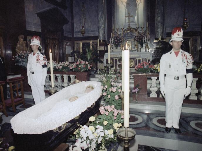 BEGRAVELSEN: Dette bildet er tatt dagen etter fyrstinnens dødsfall i Palatina-kapellet på fyrstepalasset i Monaco. Datoen er 15. september 1982. Foto: NTB