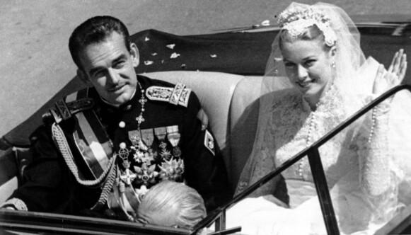 BRYLLUPET: Den amerikanske filmstjernen Grace Kelly møtte fyrst Rainier III i forbindelse med filmfestivalen i Cannes i 1955. Ett år senere var de to gift. Bryllupet ble holdt i april 1956. Foto: NTB
