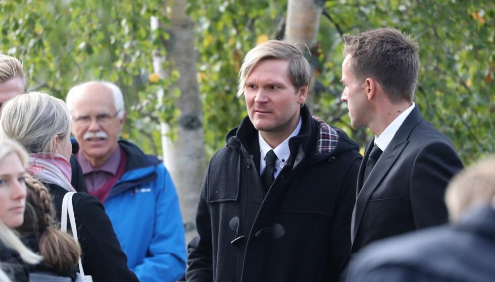 PÅ PLASS: Øystein Pettersen ankommer kirken. Foto: Andreas Fadum / Se og Hør