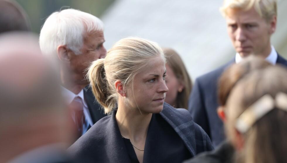ET SISTE FARVEL: Astrid Urenholdt Jacobsen ankom kirken før begravelsen. Foto: Andreas Fadum / Se og Hør