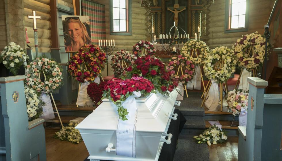 EN SISTE AVSKJED: Kirken var full av blomster og hilsener til Ida Eide. Foto: Vidar Ruud / NTB Scanpix