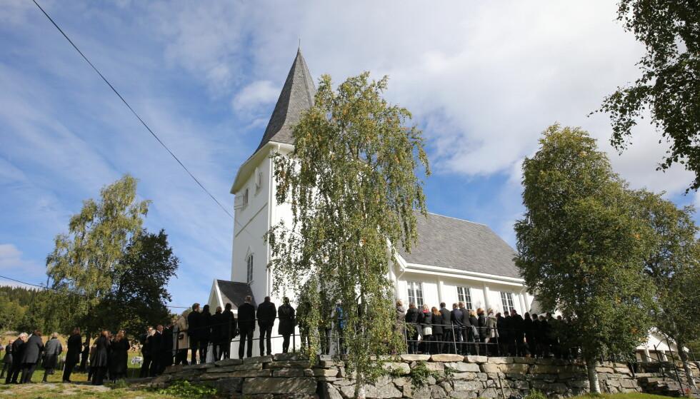 LIDAR KIRKE: Ida Eide ble begravet i Lidar kirke i dag, fredag. Kirken var helt full, og flere samlet seg utenfor kirken. Foto: Andreas Fadum / Se og Hør