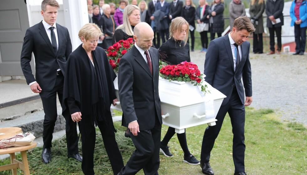 FARVEL: Nils-Ingar og Idas familie bar ut kisten etter begravelsen. Foto: Andreas Fadum / Se og Hør