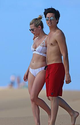 STRAND-DATE: «Riverdale»-duoen tilbrakte dagen på stranda sammen. Foto: Splash News/ NTB Scanpix