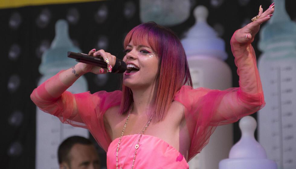 LIKER Å SKILLE SEG UT: Den britiske artisten Lily Allen er blant annet kjent for sin svært fargerike stil på scenen. Foto: NTB scanpix