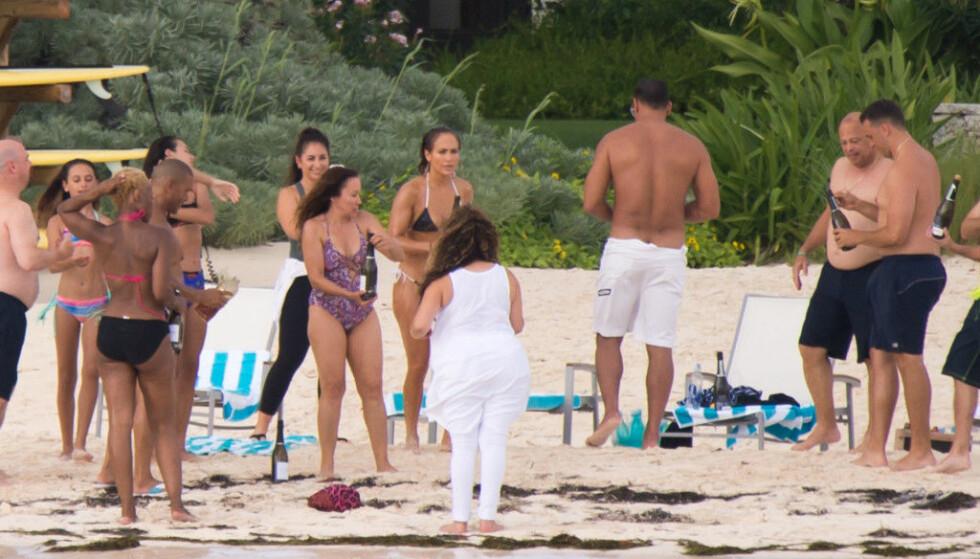 STOR GJENG: Jennifer tok med seg både venner og familie til Bahamas for å feire bursdagen sin. Foto: Splash News/ NTB scanpix