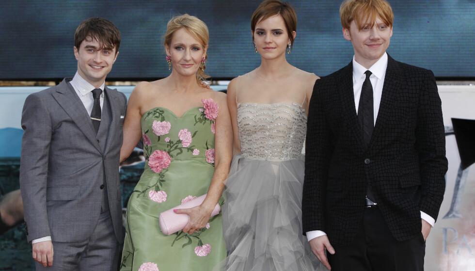 KJEMPESUKSESS: Både bøkene og filmene om Harry Potter-universet er blitt en braksuksess verden over. Her er Daniel Radcliffe, forfatter JK Rowling, Emma Watson og Rupert Grint avbildet på verdenspremieren til den siste Harry Potter-filmen i London i 2011. Foto: AP/ NTB scanpix