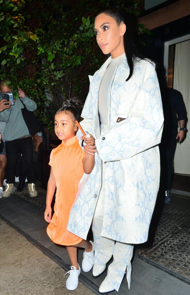 <strong>SÅ PÅ KANYE:</strong> Kim Kardashian og datteren North West var også på plass i New York da Kanye West skulle delta på «Saturday Night Live». Her på vei til tv-innspillingen. Foto: Splash News/ NTB scanpix
