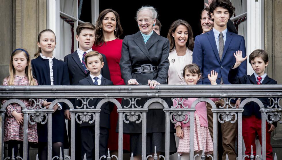 SAMLET: De danske prinsefruene blir stadig sjeldnere avbildet sammen. Unntaket er gjerne store sammenkomster, som under feiringen av dronning Margrethes 78-årsdag i april. Foto: NTB Scanpix