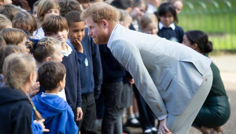 GA HIGH FIVE: Prins Harry skal ha ledd godt da et par klassekamerater innrømmet å ha droppet en skoleprøve for å møte hertugparet. Foto: NTB scanpix