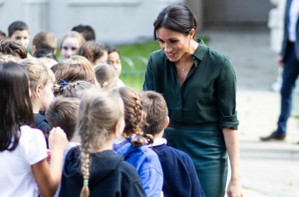 SNAKKET MED BARNA: Hertuginne Meghan tok seg god tid til å snakke med barna som hadde møtt opp utenfor Westbourne House School. Foto: NTB scanpix