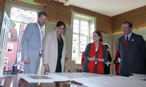IMPONERT: Både prins Harry og hertuginne Meghan skal ha synes det var stor stas å se den sjeldne kopien av den amerikanske uavhengighetserklæringen. Foto: NTB scanpix