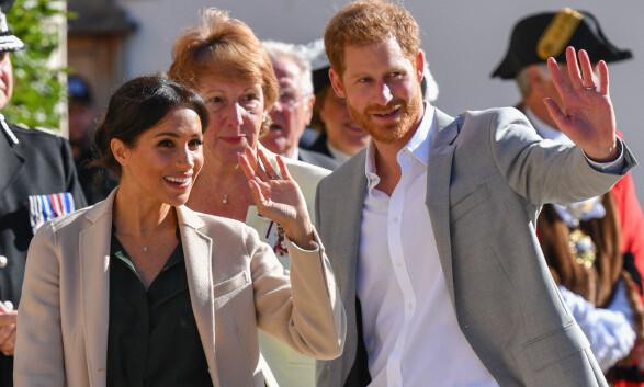 FIKK KONGELIG VELKOMST: Det var lite å si på humøret da hertugparet ankom Sussex onsdag formiddag. Foto: NTB scanpix