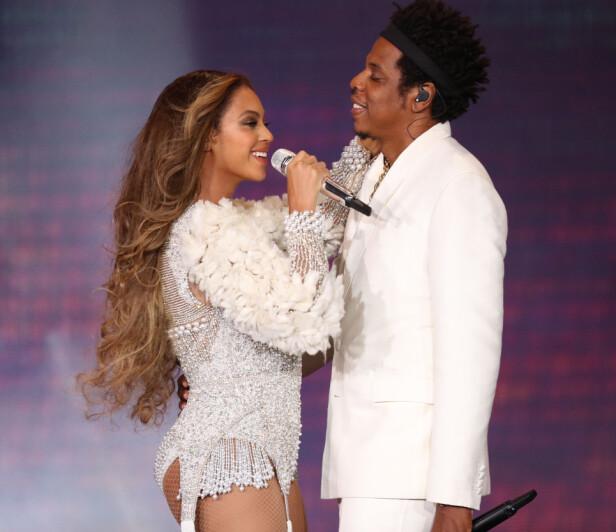 BEDRE MANN OG FAR: Beyoncé sammen med Jay Z på scenen under en konsert i Houston. Hun mener ektemannen er som forvandlet etter tvillingfødselen. Foto: NTB Scanpix