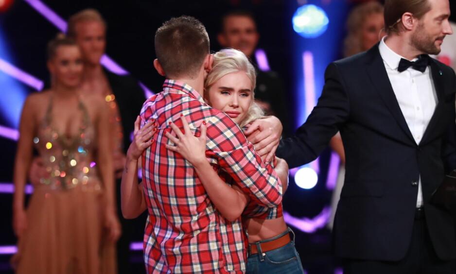 <strong>UTRØSTELIG:</strong> «Farmen»-profilen Amalie Snøløs (22) tok umiddelbart til tårene da det ble kjent at hun måtte forlate «Skal vi danse» lørdag. Senere har hun fått returnerne til danseprogrammet. Her med dansepartner Jørgen Nilsen. Foto: TV 2