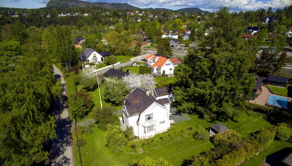 HUSBRÅK: Tone Damli og Markus Foss har møtt mange utfordringer etter huskjøpet av «Villa Solum» i Bærum. Slik så tomten ut før boligen ble jevnet med jorden. Foto: Tor LindsethFoto: Tor Lindseth