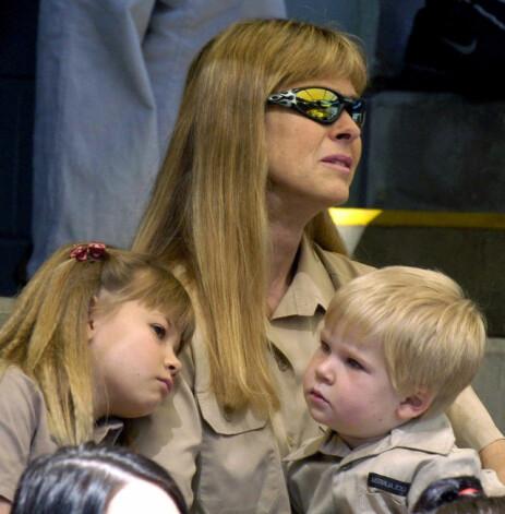 MINNESEREMONI: Terri Irwin sammen med datteren Bindi og sønnen Robert 20. september 2006 - 16 dager etter at tv-profilen døde. Foto: NTB Scanpix