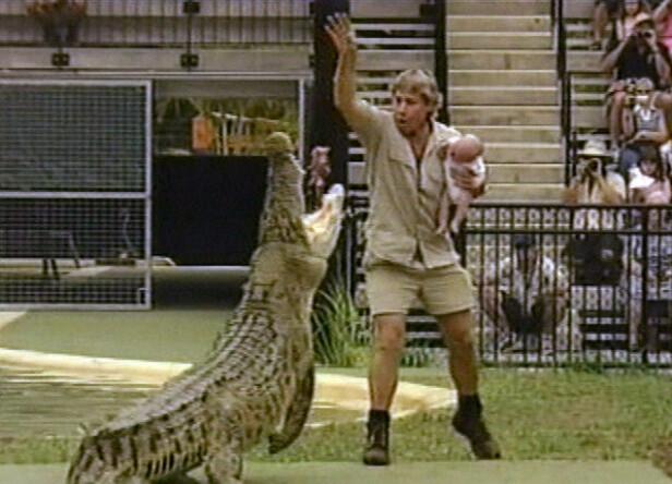OMSTRIDT SEANSE: Mange reagerte med sjokk og vantro da Steve Irwin tok med seg sin én måned gammel sønn, Robert, på dette stuntet i 2004. Foto: NTB Scanpix