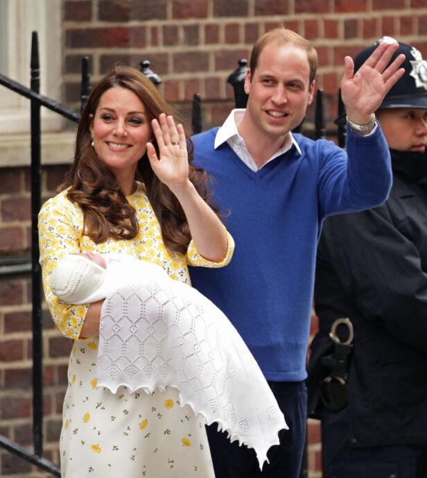 UTE ETTER TI TIMER: Hertuginne Kate og prins William viser frem prinsesse Charlotte, som ble født 2. mai 2015. Foto: NTB Scanpix