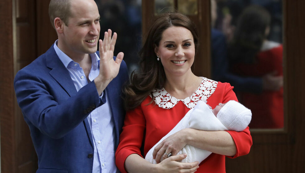 UTE ETTER SYV TIMER: Prins William og hertuginne Kate viste frem sønnen, prins Louis, etter bare syv timer. Han ble født 23. april 2018. Foto: NTB Scanpix