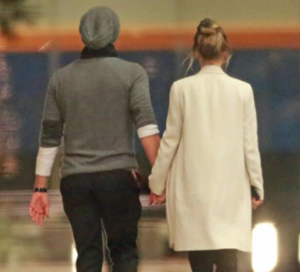 PÅ DATE: Chris og Dakota ble fotografert mens de holdt hender da de forlot Ellen DeGeneres sin bursdagsfeiring i februar. Foto: NTB Scanpix
