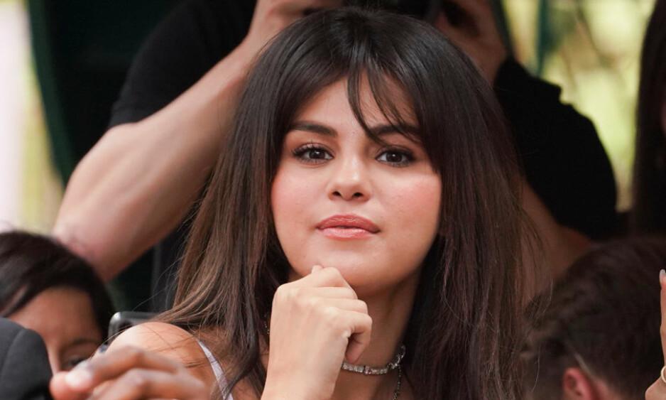 VANSKELIGE TIDER: Selena Gomez var på sykehuset for å gjennomføre en kontroll da alt angivelig skar seg. Her avbildet på et arrangement for en drøy måned siden. Foto: Splash News/ NTB scanpix