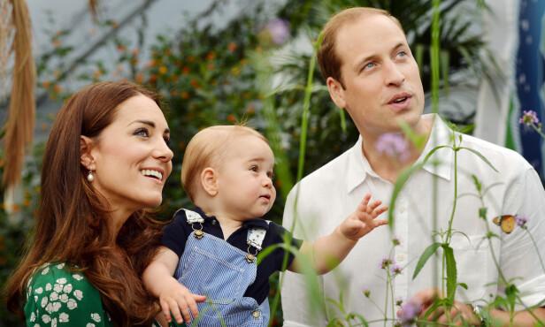 <strong>TRONARVING:</strong> En dag blir prins George konge, men det vet han ikke selv enda. Her er Kate, William og George avbildet i 2014, da prinsen var ett år gammel. Foto: NTB Scanpix