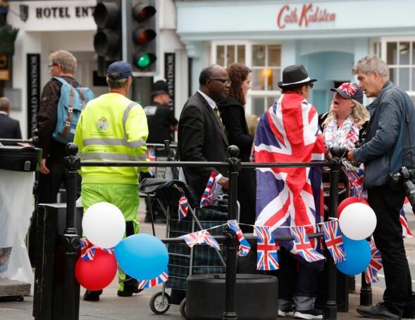 SPENTE: Flere fans har samlet seg utenfor slottet og ellers rundt om i byen, i håp om å få et glimt av kjendiser og kongelige. Foto: NTB scanpix
