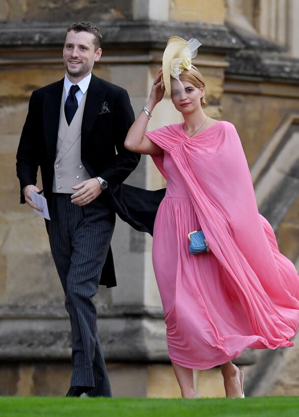HOLDT PÅ HATTEN: Pixie Geldof, som kom med trommeslager George Barnett, sørget for å ikke miste hatten på vei inn i kapellet. Foto: NTB scanpix