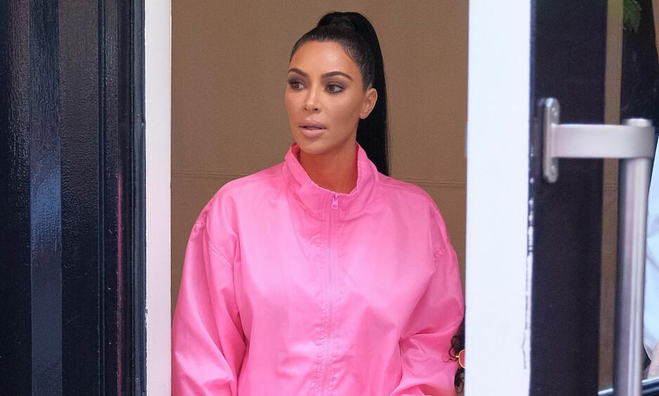 RASER: Flere går til angrep på Kim Kardashian West i kommentarfeltet på Instagram. Flere hevder hun har retusjert Chicago i Photoshop. Foto: NTB scanpix
