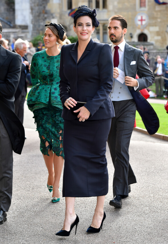 FILMSTJERNE: Liv Tyler gikk for et klassisk, marineblått antrekk i anledning prinsessebryllupet. Foto: NTB scanpix