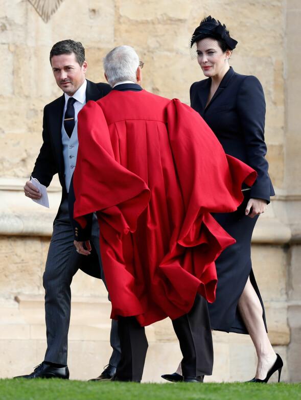 LIV TYLER: Filmstjernen så noe kald ut da hun ankom kapellet sammen med ektemannen Dave Gardner (t.v.) - som for øvrig er en nær venn av David Beckham. Foto: NTB scanpix