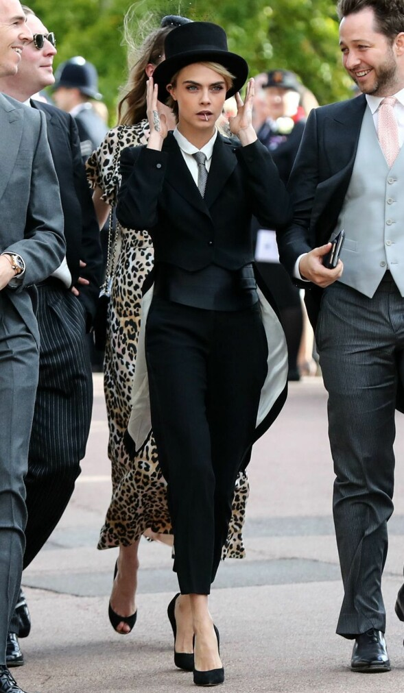 ORIGINAL: Supermodell Cara Delevingne skilte seg ut i dress og flosshatt da hun ankom bryllupet. Foto: NTB scanpix