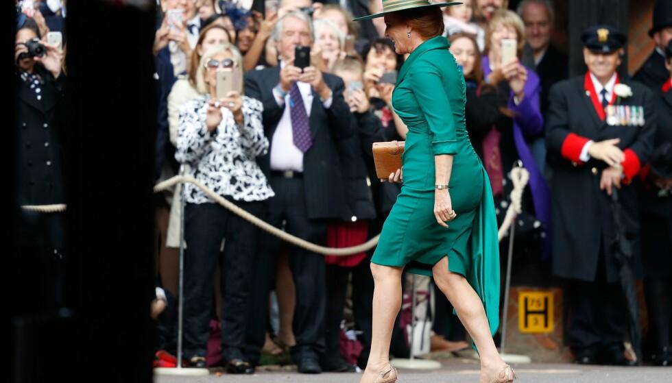 MÅTTE HILSE: Sarah Ferguson løp motsatt vei, mot folkemengden, da hun ankom datterens vielse. Foto: NTB scanpix