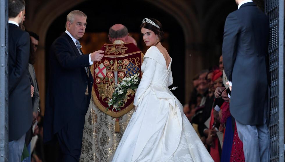 VISER FREM BRUDEKJOLEN: Like før klokken 12 norsk tid ankom prinsesse Eugenie kapellet - og viste frem brudekjolen sin for første gang. Foto: Reuters/ NTB scanpix