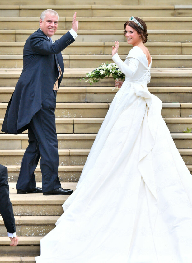 LANGT SLEP: Brudekjolen er virkelig en prinsesse verdig, med sitt svært lange slep. Foto: NTB scanpix