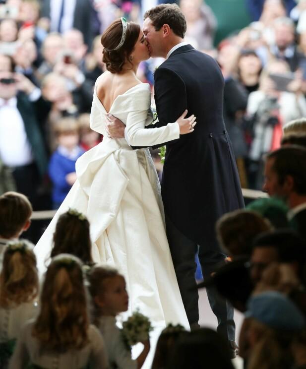 FLOTT KJOLE: Prinsesse Eugenies brudekjole skilte seg ut på flere måter. Foto: NTB scanpix
