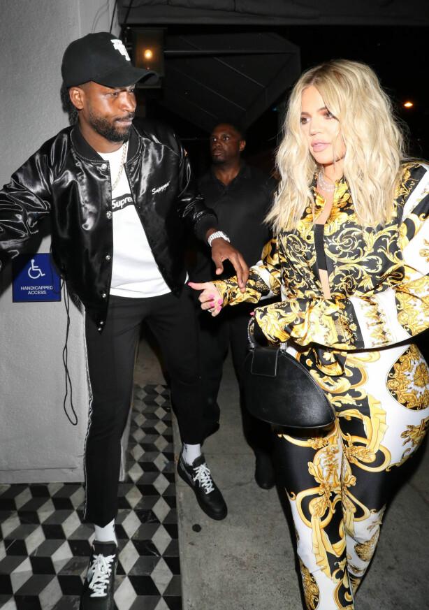 <strong>VONDT:</strong> Det var Kylie som måtte fortelle Khloé at mannen hun ventet sitt første barn med hadde vært utro. Foto: NTB scanpix