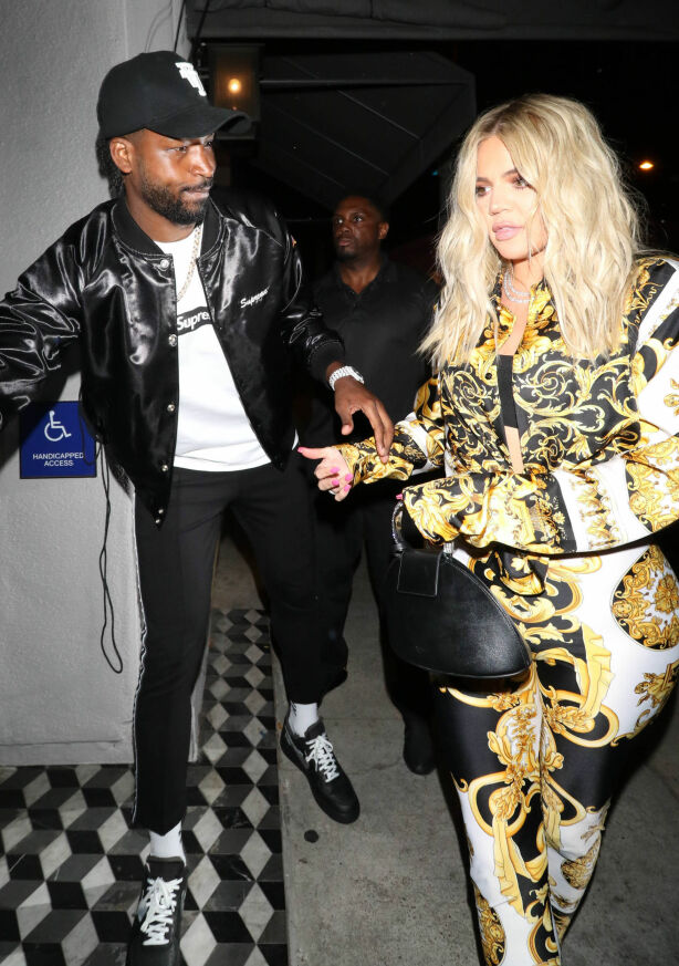 VONDT: Det var Kylie som måtte fortelle Khloé at mannen hun ventet sitt første barn med hadde vært utro. Foto: NTB scanpix